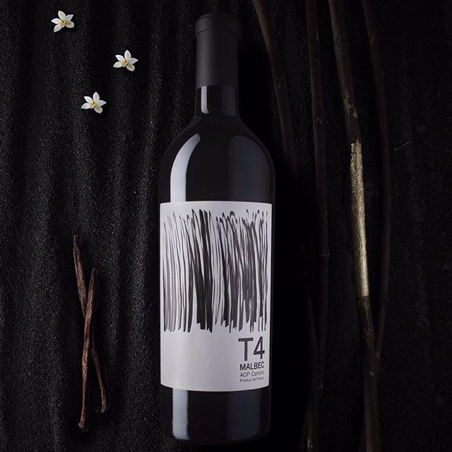 #9terroirs Singulier de par ses 9 terroirs, le vignoble de Cahors offre une richesse de grands vins🍷.⠀ La gamme 9 terroirs 100% Malbec 🍇 sublime chacun de ses terroirs. Selon les millésimes seuls quelques terroirs sont sélectionnés.⠀ 🍷Pour le millésime 2016, le T4 (Cône d'éboulis calcaire) Robe rouge intense et profonde. Nez de fruits noirs confiturés. Bouche poivrée, clou de girofle, épices. Finale charpentée sur une note de cacao grillé. ⠀ ⠀ Lien dans le bio pour découvrir toutes les spécificités du Malbec 🍇!⠀ ⠀ #vinovalie #cahors #malbec #terroirs #wine #wineaddict #lot #winelovers #winemaker #frenchwine #winestagram #winetasting #instawine @les_vinsdusudouest