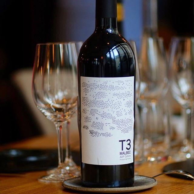 #9terroirs Singulier de par ses 9 terroirs, le vignoble de Cahors offre une richesse inégalée de grands vins.⠀ La Gamme 9 Terroirs révèle un à un les caractéristiques de chacun d'entre eux.⠀ ⠀ 🍷T3 : un vin 100% Malbec exprimé sur le terroir T3 de Cahors⠀ ⠀ Millesime 2016 : ⠀ Nez de fruits mûrs, myrtille pruneau. Bouche briochée, pâtisserie, vanille, garrigue, romarin. Finale toastée.⠀ ⠀ A découvrir sans plus attendre !⠀ ⠀ 📸BigBouffe⠀ #aopcahors @vinsdecahors #terroirs #wine #malbec #winelover #winetasting ⠀ #vinovalie #cahors #malbec #terroirs #wine #wineaddict #lot #winelovers #winemaker #frenchwine #winestagram #instawine @les_vinsdusudouest